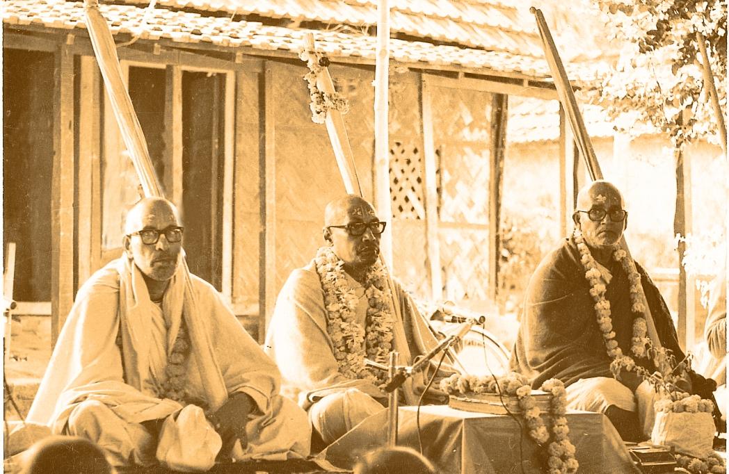 Gurudeva, Trivrikrama M. y Vaman Maharaj en un pueblo en Bengal